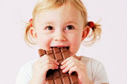 Следите за тем, чтобы ребенок не съедал больше положенного количества шоколада в сутки
