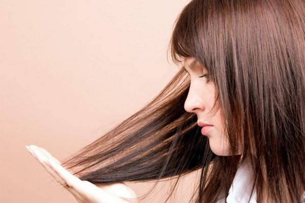 Девушка держит волосы рукой