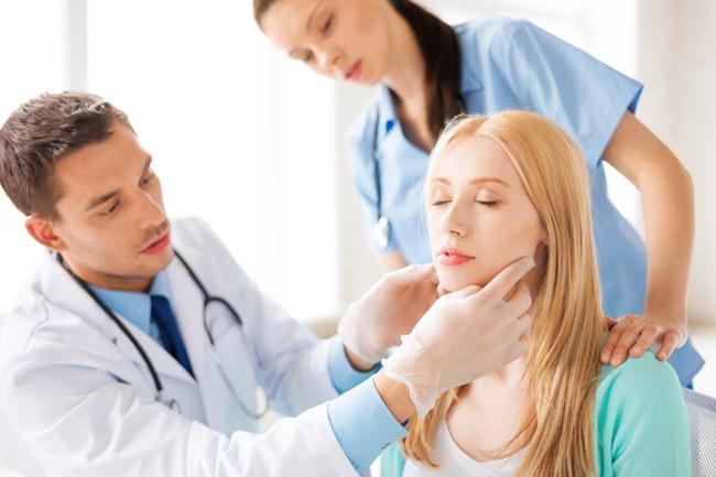 Болит голова в области носа и глаз: что делать?