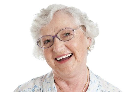 Пожилая женщина в очках