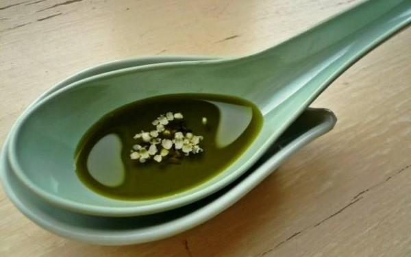 Зелёная ложка с маслом