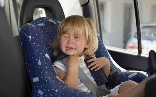 Ребенок 3 лет плачет в машине