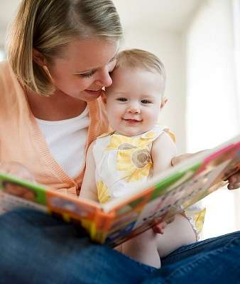 Малыш в 11 месяцев проявляет больший интерес к книгам