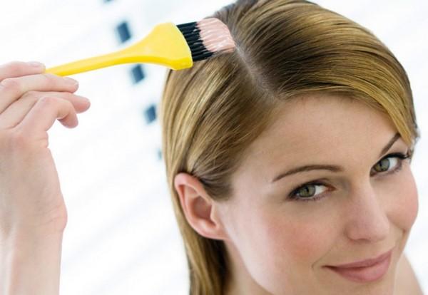 Нанесение кисточкой маски для волос
