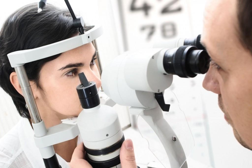 Обследование проводит квалифицированный офтальмолог