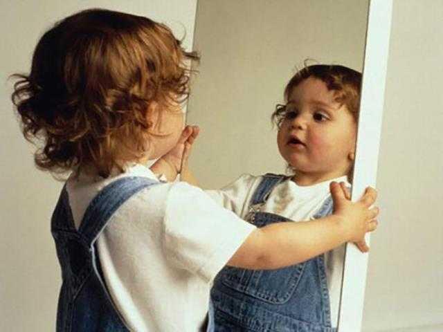 ребенок начинает узнавать свое отражение в зеркале
