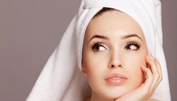 Девушка с обмотаной полотенцем головой