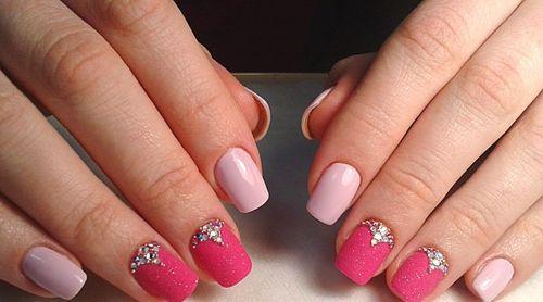 Розовый маникюр с бульонками