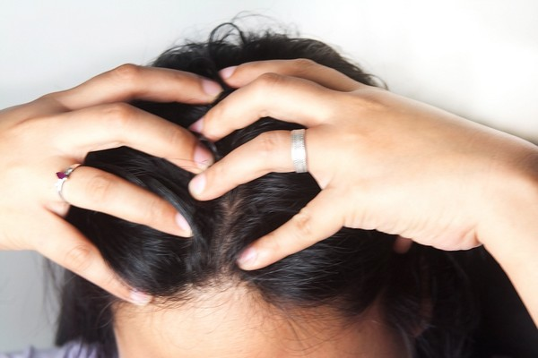 Массаж головы перед применением питательной маски для волос
