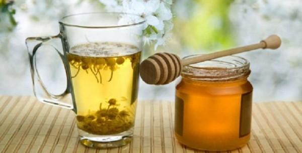 Банка мёда и стакан травяного отвара