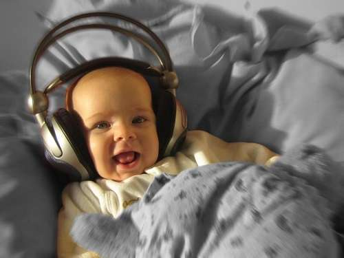 Ребенок в 9 месяцев слушает музыку - интеллектуальное развитие