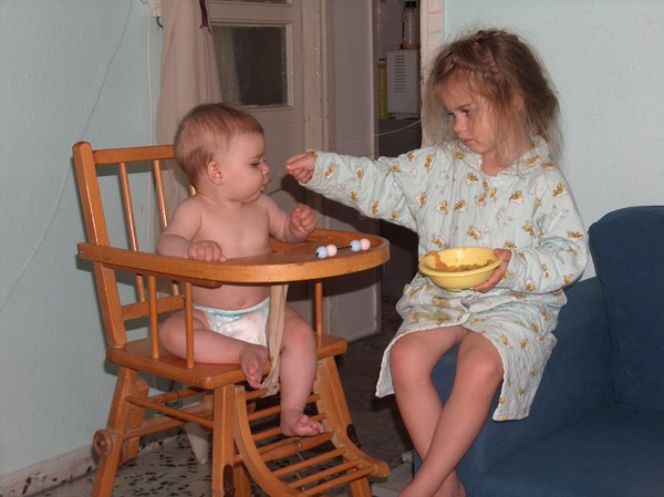 ребёнок помогает с малышом