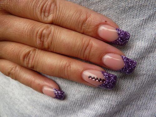 Дизайн ногтей со стразами и бульонками