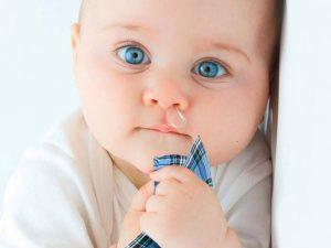 Почему у ребенка слезятся глаза: причины, диагностика и методы лечения
