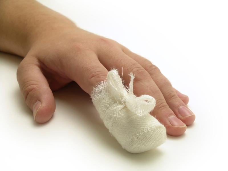 Нарывает палец на руке: что делать в домашних условиях