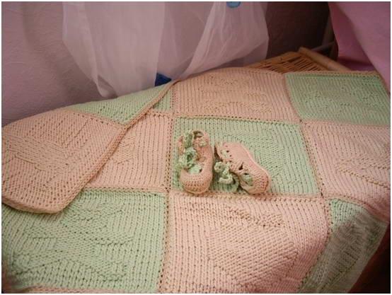 Вязаный плед для новорожденного и пинетки