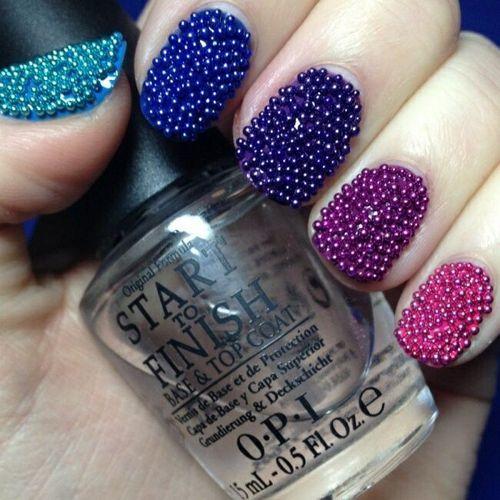Цветные бульонки на ногтях