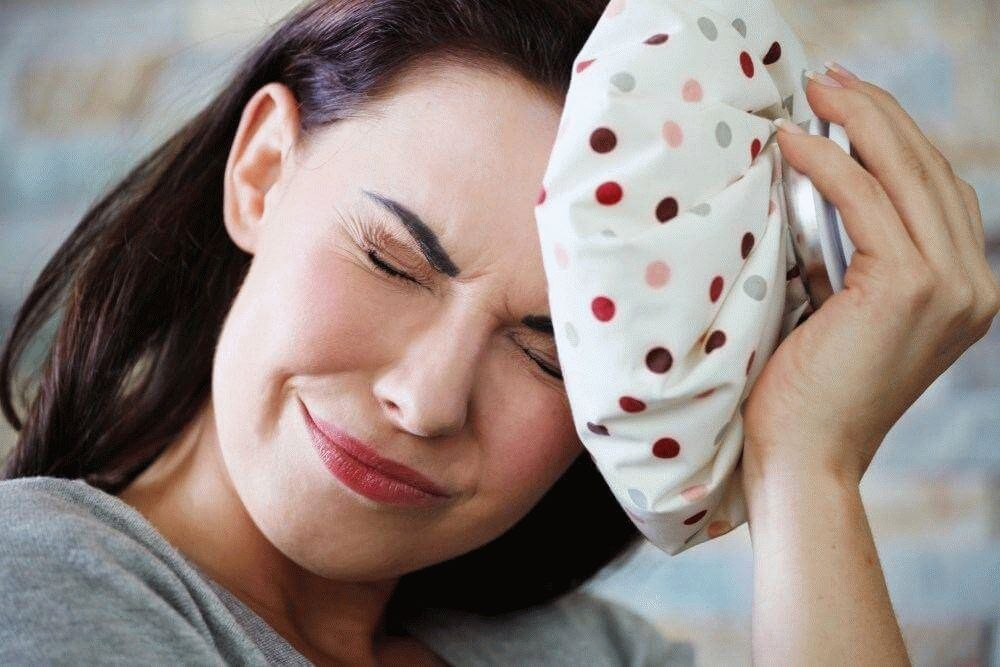 Болит левое полушарие головы и глаз: что делать?
