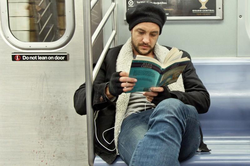 Чтение в транспорте запрещено с точки зрения здоровья