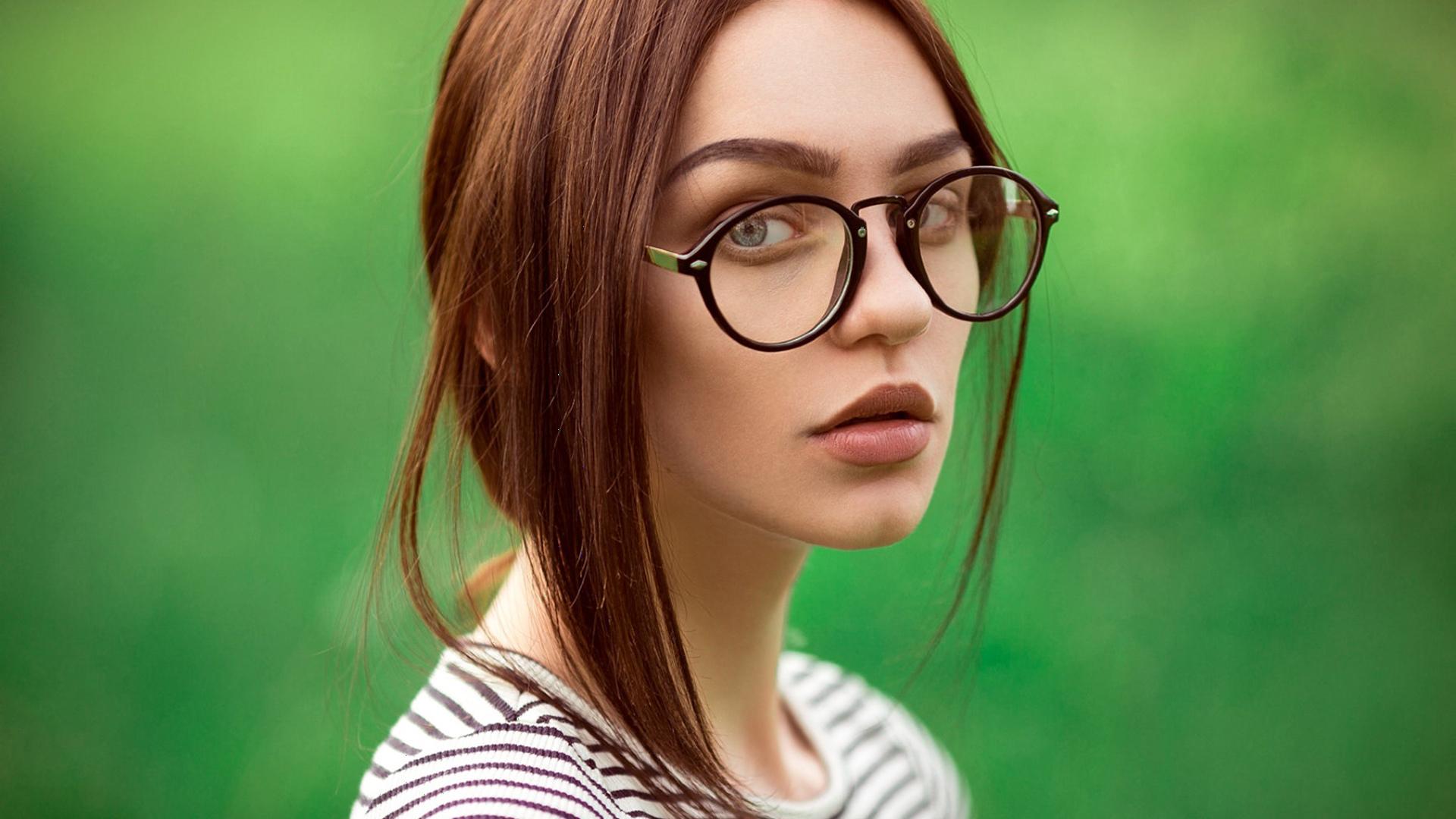Что лучше: очки или линзы?
