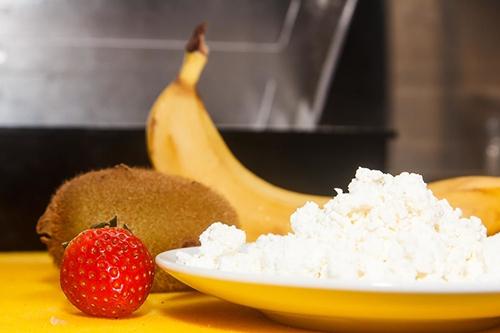 Творожный мусс с фруктами и мюсли
