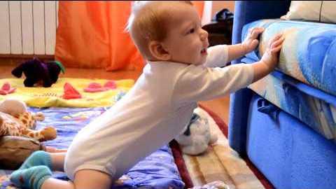 Ребенок в 11 месяцев пытается встать