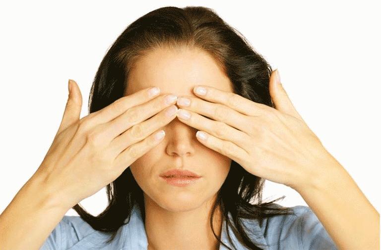 Массажировать глаза не только полезно, но и приятно