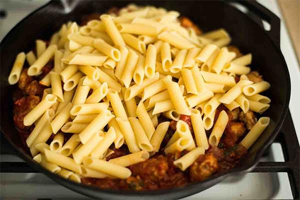 Простые рецепты макарон в сковородке без предварительной варки
