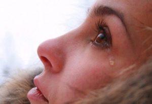 Слезятся глаза на улице: причины и методы лечения