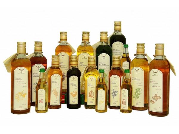 Много бутылок с маслами для волос