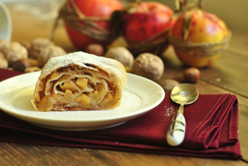 Яблочный штрудель из слоеного теста. Простые рецепты приготовления