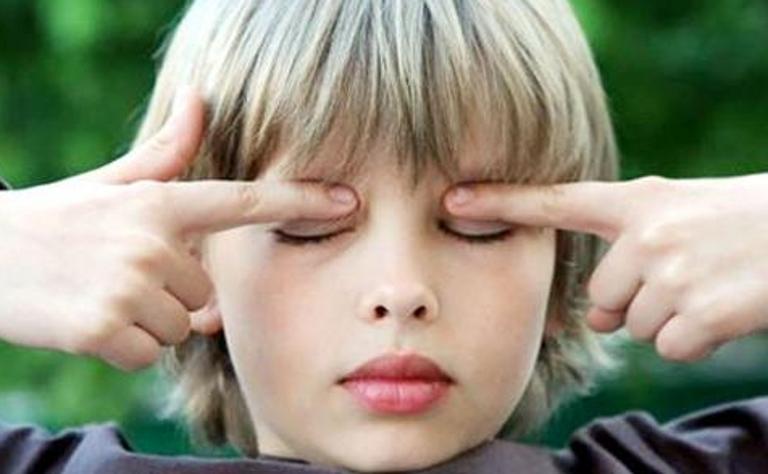 Ребенок делает гимнастику для глаз