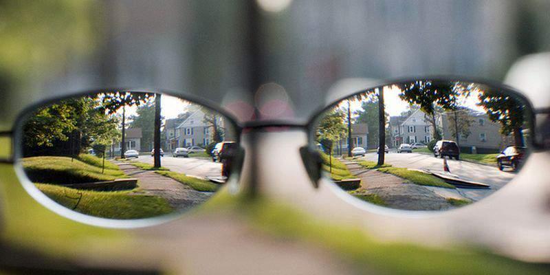 На начальном этапе развития болезни очки нужны только для дали