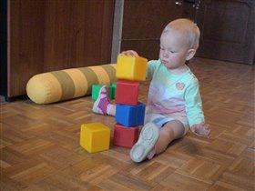 в 1 год и 7 месяцев малыш умеет строить башню из кубиков