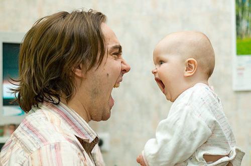 9 месячный ребенок повторяет за папой