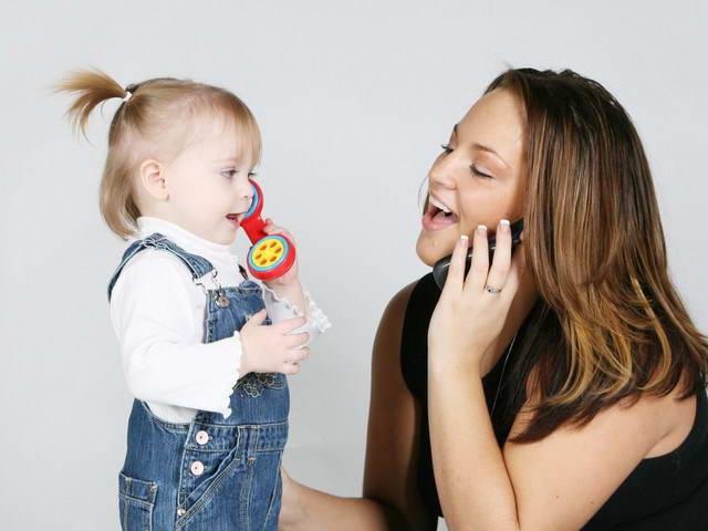 Дети в 1 год и 6 месяцев имитируют поведение родителей