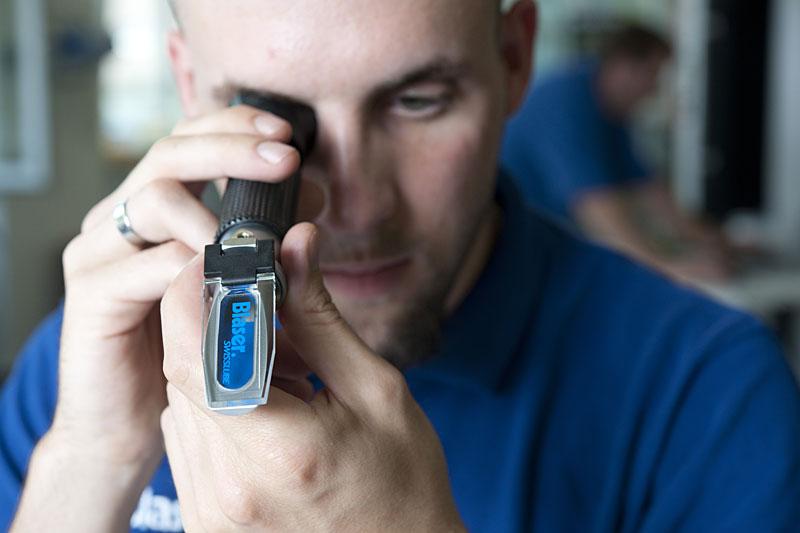 Врач проверяет зрение с помощью рефрактометра