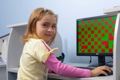 На экране перед девочкой символы разных цветов в определенной последовательности