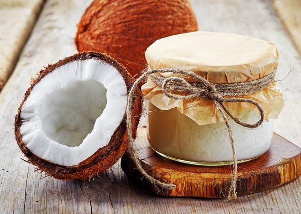 Банка с кокосовым маслом и кокос