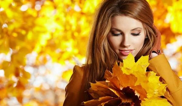 Девушка с пожелтевшими листьями