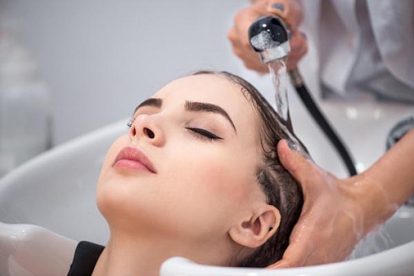 как вода влияет на мытье головы