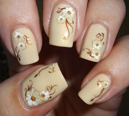 Цветы в светлом маникюре