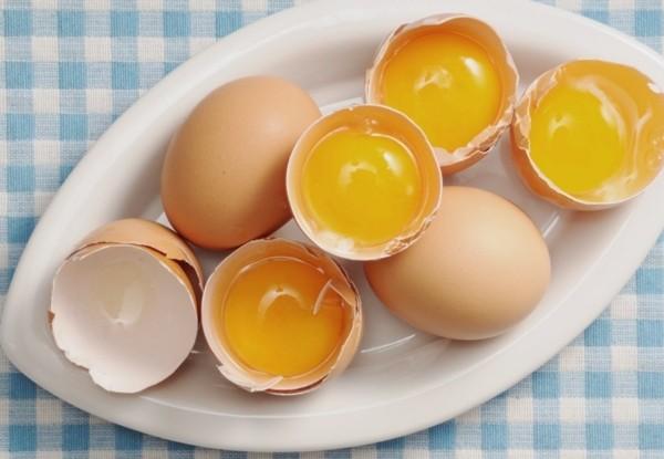 Куриные яйца и желтки