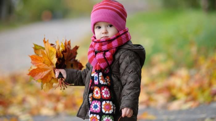 малыш в 1 год и 7 месяцев собирает листья