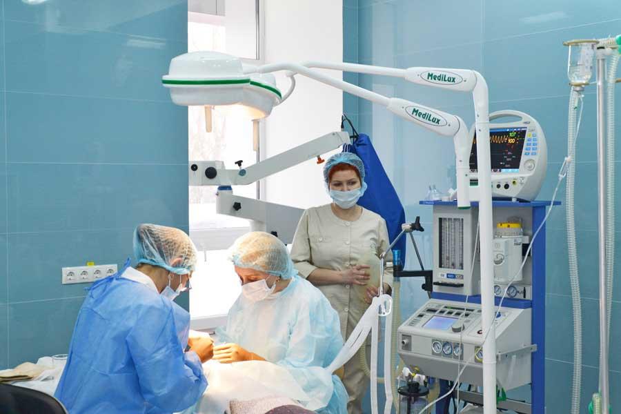 Офтальмохирурги делают операцию