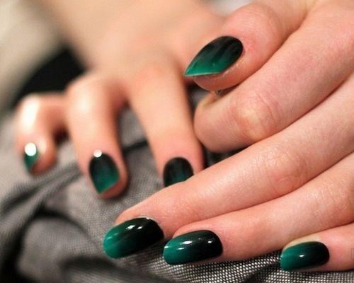 Градиентный маникюр с переливом цвета из зеленого в черный