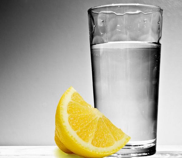 Долька лимона и стакан воды
